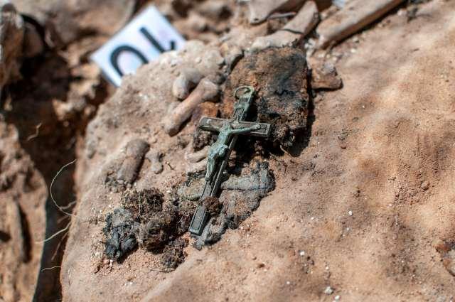 Crucifijo oxidado sobre la tierra.