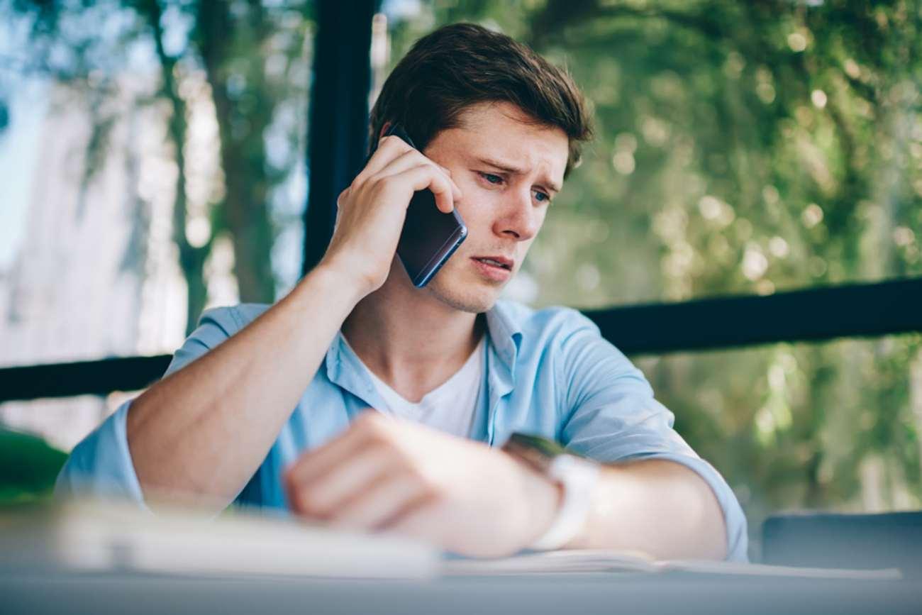 Giovane che parla a qualcuno su uno smartphone