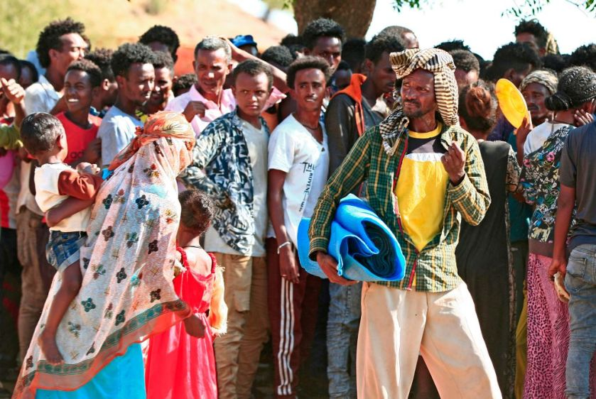 A crowd of Ethiopians fleeing conflict in the Tigray region.