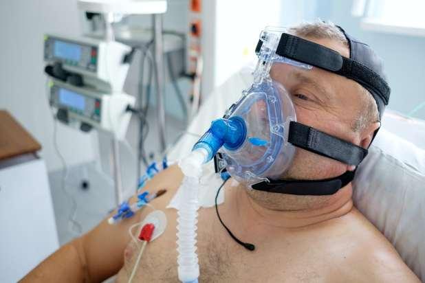 رجل يرتدي قناع CPAP