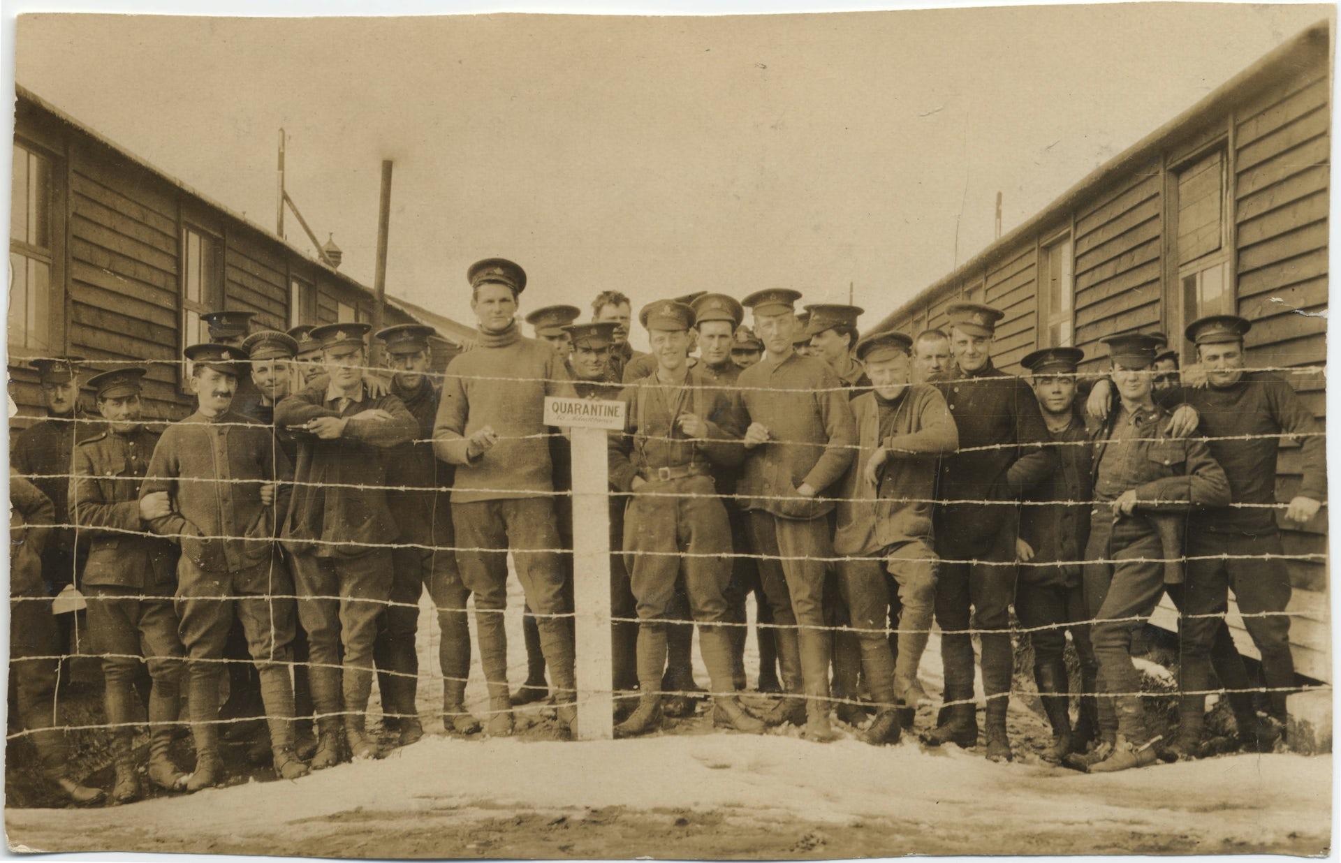 Soldados canadienses destacados en Europa durante la Primera Guerra Mundial, en cuarentena por sarampión.University of Victoria Libraries / Flikr