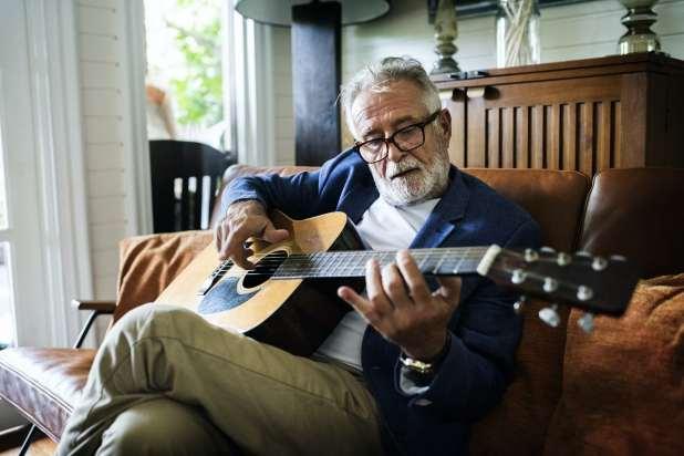 صورة لرجل يعزف على الغيتار