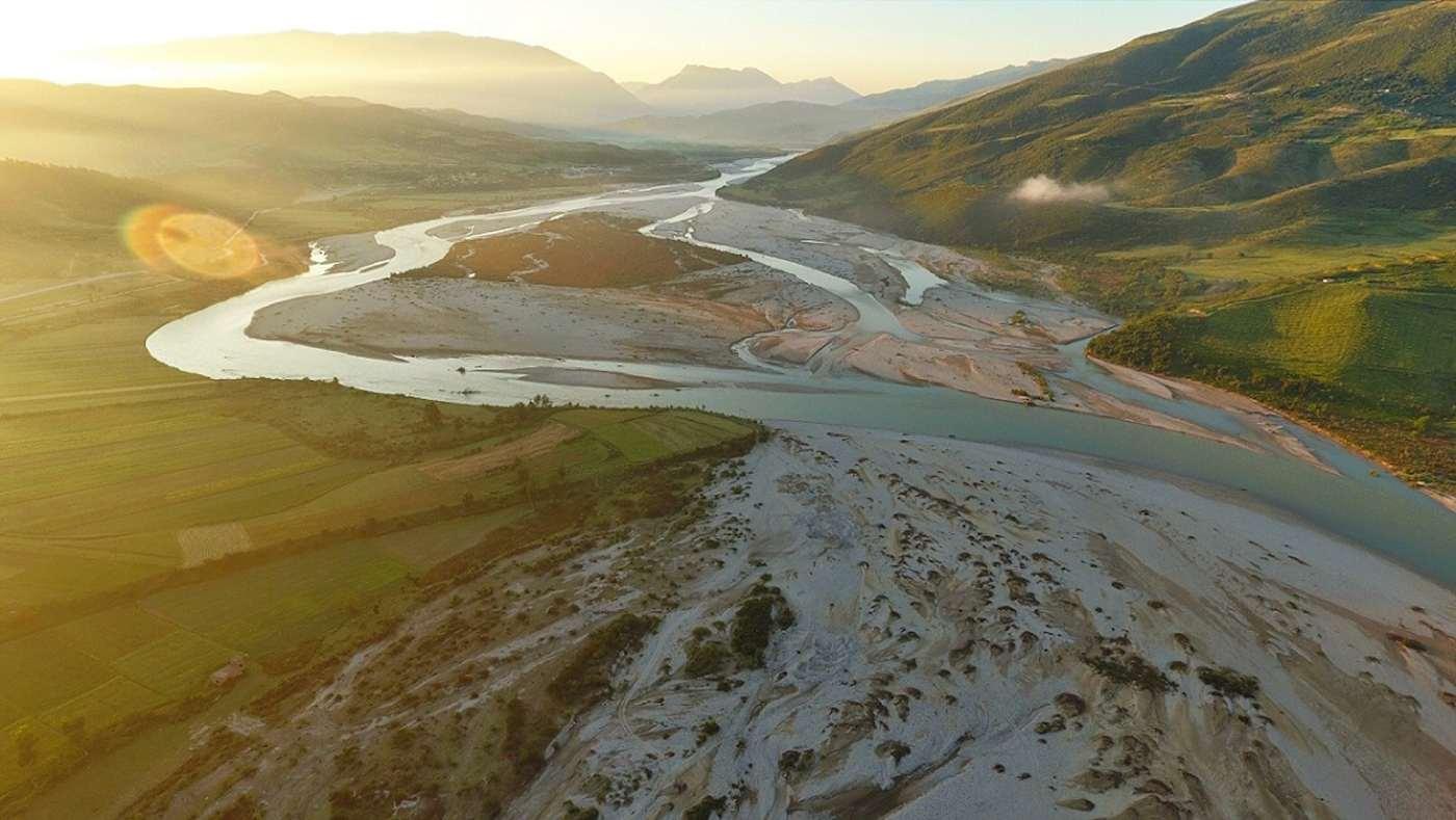 Le fleuve Vjosa coule de la Grèce à travers l'Albanie