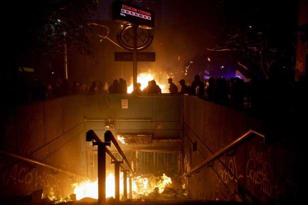 اشتعلت النيران في محطة مترو خلال أعمال شغب في العاصمة التشيلية سانتياغو في عام 2019.