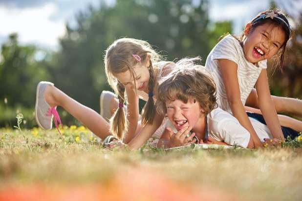 صورة لأطفال سعداء يلعبون ويستمتعون في الصيف.