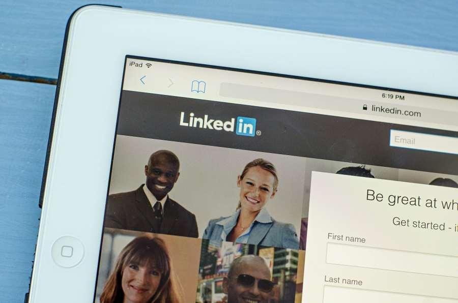 Una computadora muestra la página de inicio de LinkedIn.