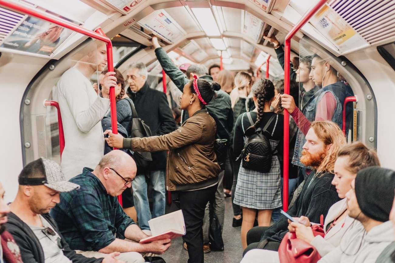 Una carrozza affollata sulla metropolitana di Londra.