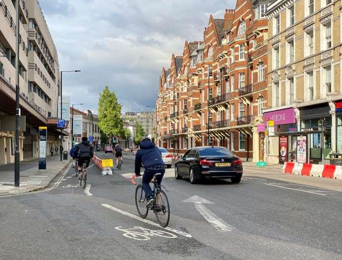 Piste cyclable temporaire à Hammersmith, Londres (Royaume-Uni)