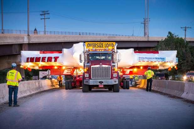 شاحنة تحمل شحنة أوسع بكثير على الطريق.