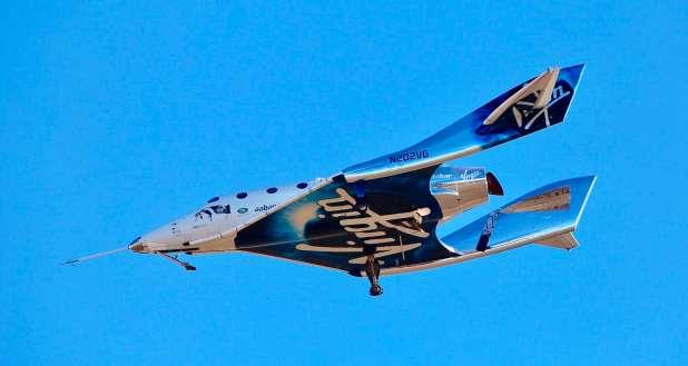 سفينة فضية تشبه طائرة مقاتلة بزعانف طويلة الذيل.