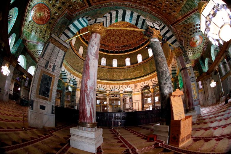 A golden dome and columns decorated by elaborate byzantine decorations.