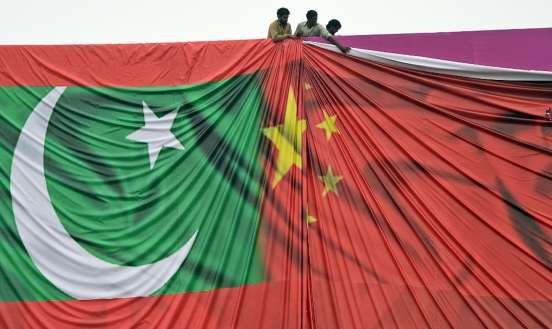 Drapeaux pakistanais et chinois entremêlés