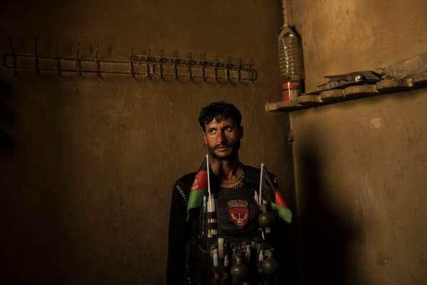 Un soldado del ejército nacional afgano se encuentra en una habitación de un edificio utilizado anteriormente como cárcel por el ISIS-K.