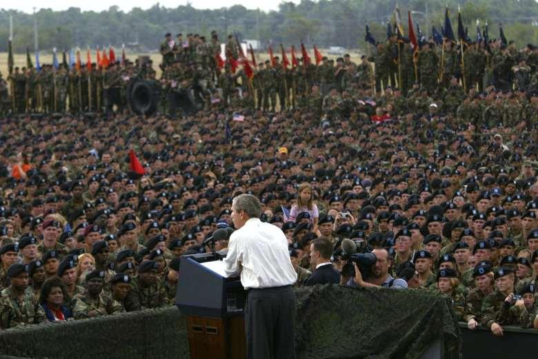 El presidente George W. Bush se dirige a las tropas estadounidenses