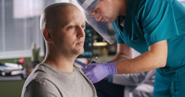 Un hombre recibe una vacuna