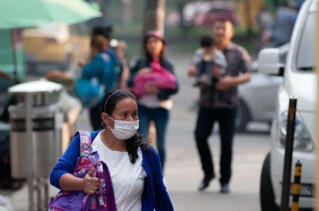 Una mujer colombiana con una mascarilla