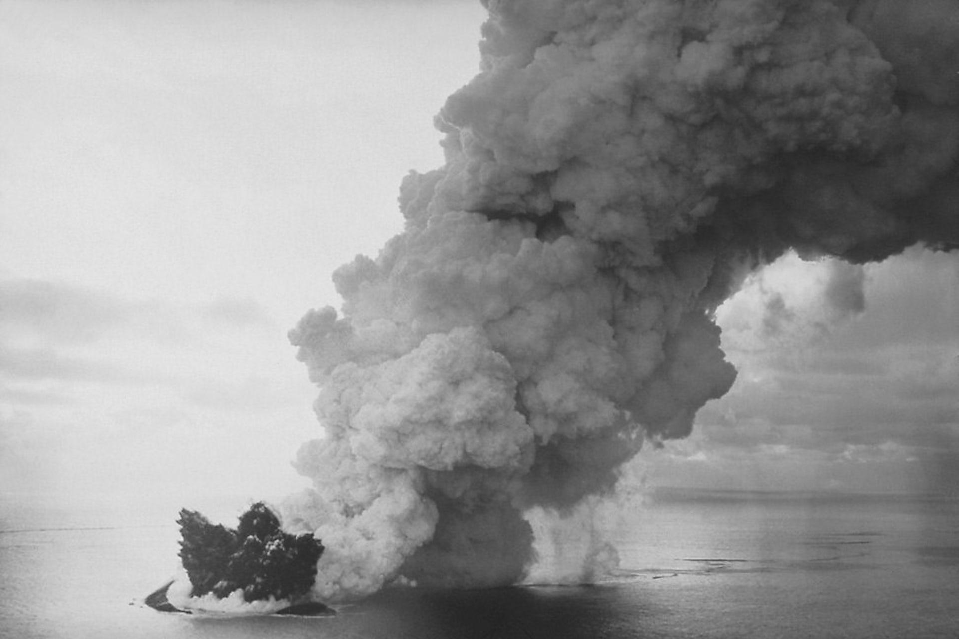 Erupción submarina en Surtsey, Islandia, en 1963. Wikimedia Commons / NOAA