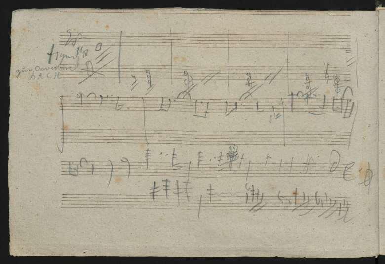 Trozo de papel con notas musicales anotadas.