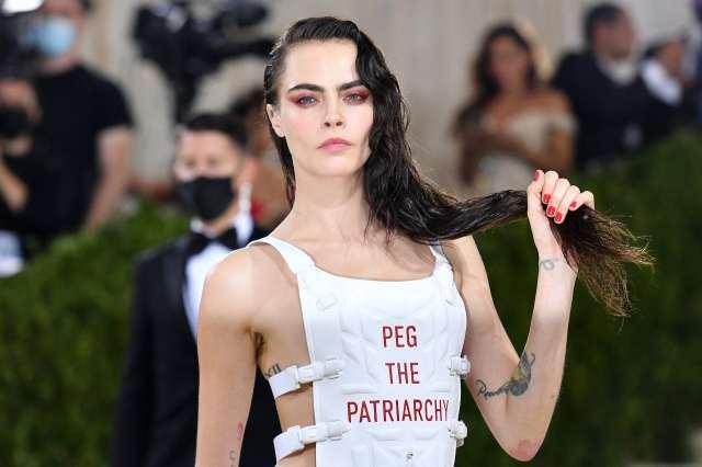 La mannequin anglaise Cara Delevingne arrive au Met Gala 2021, le 13septembre 2021 à New York. Sur son gilet est inscrit «Peg the patriarchy» («À bas le patriarcat»)