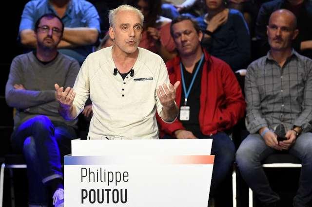 Philippe Poutou candidat pour le NPA lors d'un débat télévisé, sans cravate ni veste...