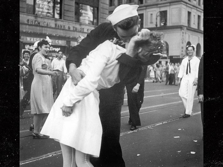 Famous Kiss Ii World War