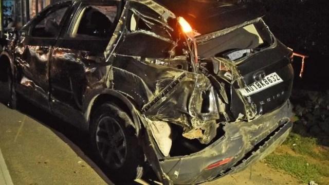 पुलिस की प्राथमिक जांच में पता चला है कि कार में सवार चारों लोग शराब के नशे में थे. कार की रफ्तार तेज होने की वजह से संतुलन बिगड़ा और कार डिवाइडर से जा टकराई. यह टक्कर जबरदस्त थी.
