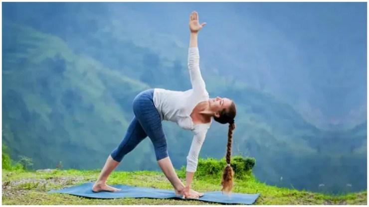 त्रिकोणासन (त्रिकोण मुद्रा) - इस आसन को करने के लिए एक योगा मैट पर खड़े हो जाएं और अपने पैरों को फैला लें. बाईं ओर झुकें और अपने बाएं हाथ से अपने पैरों को अपने बाएं हाथ से पकड़ें. ध्यान रहे कि हाथ सीधा हो. दाहिना हाथ सीधा ऊपर की ओर होना चाहिए. आपकी पूरी मुद्रा त्रिभुज के आकार की होनी चाहिए. कम से कम 30 सेकंड के लिए इस स्थिति में रहें. इसे 10 बार दोहराएं.