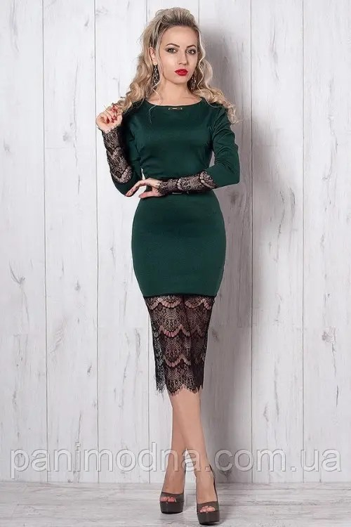 Нарядное платье-футляр с гипюром декорировано поясом ...