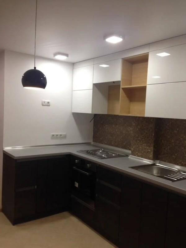 Белая кухонная мебель с патиной, белый кухонный гарнитур ...