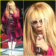 Hannah Montana, que na verdade é Dercy Gonçalves disfarçada, mostrando toda sua habilidade, aniquilando haitianos
