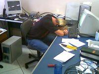 Um nerd estudando PHP enquanto dorme