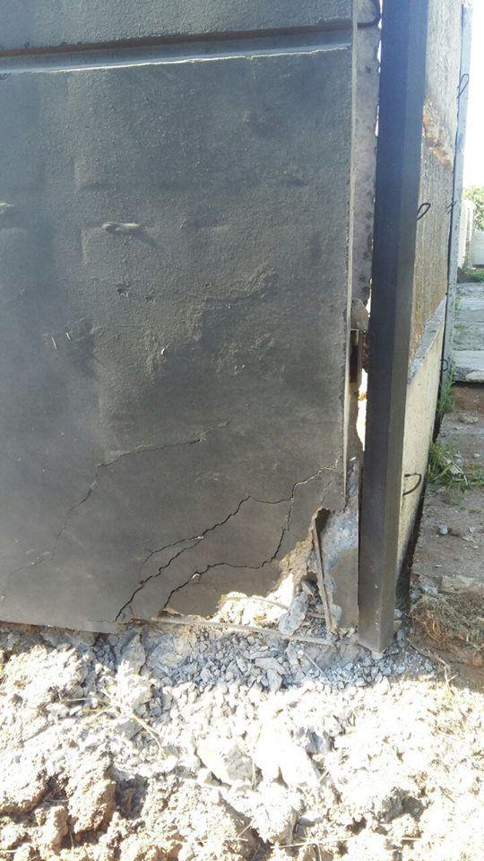 Вибухівка була встановлена під парканом / Facebook В'ячеслав Аброськін