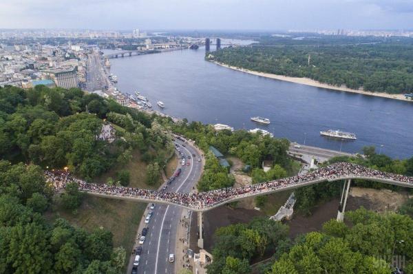 Появились зрелищные фото нового пешеходного моста в Киеве ...