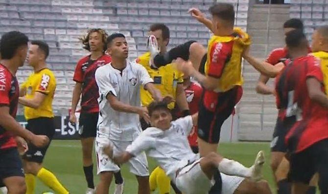 Игрок Атлетико ударил соперника ногой по лицу / фрагмент из видео