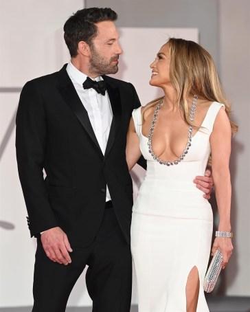 Jennifer Lopez e Ben Affleck, amore a Venezia: il bacio sul red carpet