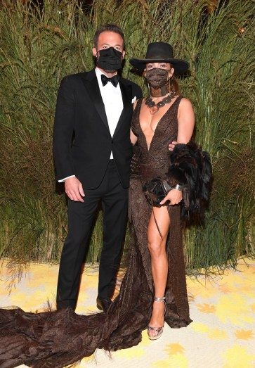 Jennifer Lopez, Ben Affleck e il bacio appassionato (con mascherina) al Met Gala 2021