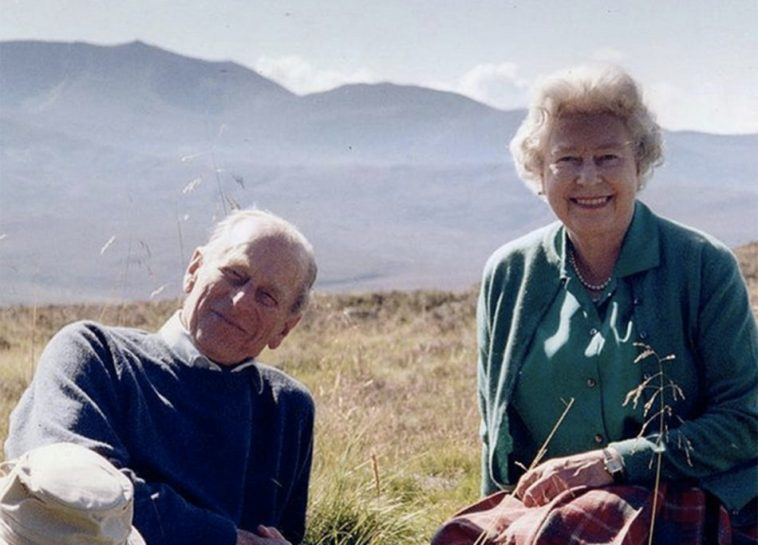 La regina Elisabetta e la bellissima foto con il principe Filippo (prima del funerale)