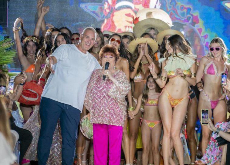 Orietta Berti special guest della sfilata di Pin-Up Stars fa cantare tutti con la sua «Mille»