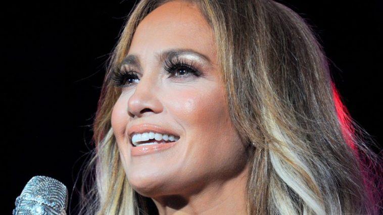Jennifer Lopez, 52 anni e innamorata, svela tutti gli step della sua beauty routine