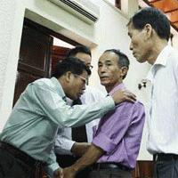 Ông Nguyễn Đức Hùng (phải) gặp ông Nguyễn Văn Ba tại phiên sơ thẩm.