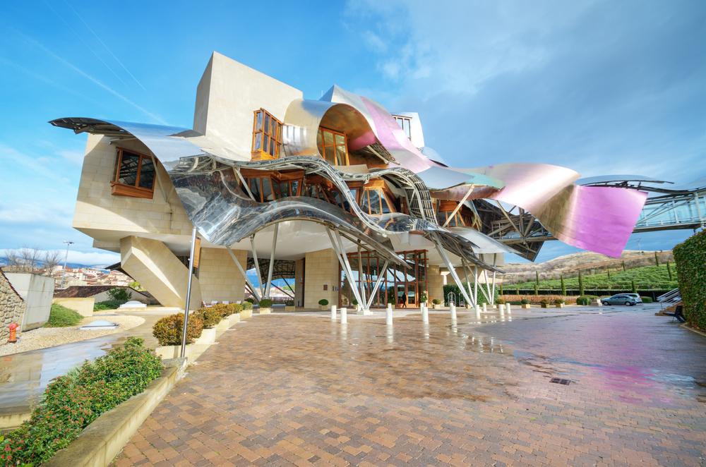 Здание винодельни и отеля Маркиз де Ристаль