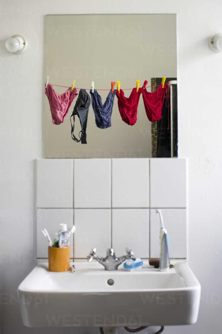 https www westend61 de en imageview muf001066 germany hessen frankfurt empty bathroom with mirror reflection of underwears