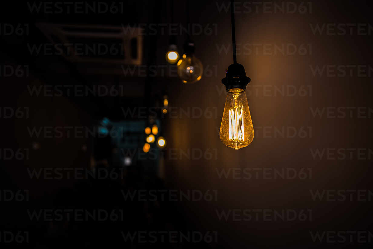 https www westend61 de en imageview eyf01636 low angle view of illuminated light hanging against wall in darkroom