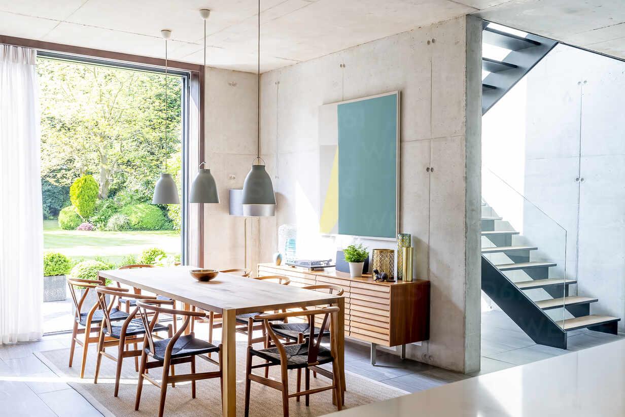 https www westend61 de en imageview caif24698 pendant lights over dining table in modern dining room