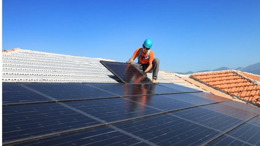 Installazione di impianti fotovoltaici (Getty Images)