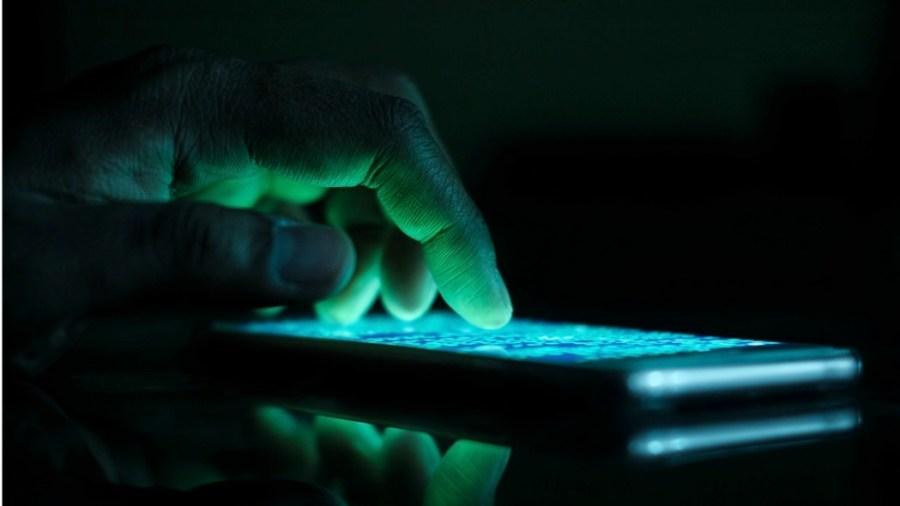 Hacker viola uno smartphone (Getty Images)