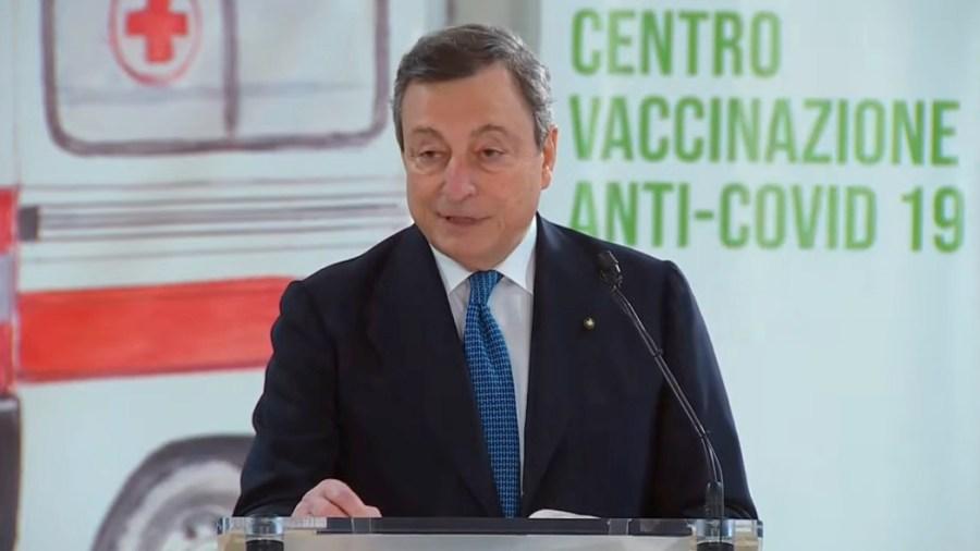Il presidente del Consiglio Mario Draghi al centro vaccinale di Fiumicino (diretta video Presidenza del Consiglio)