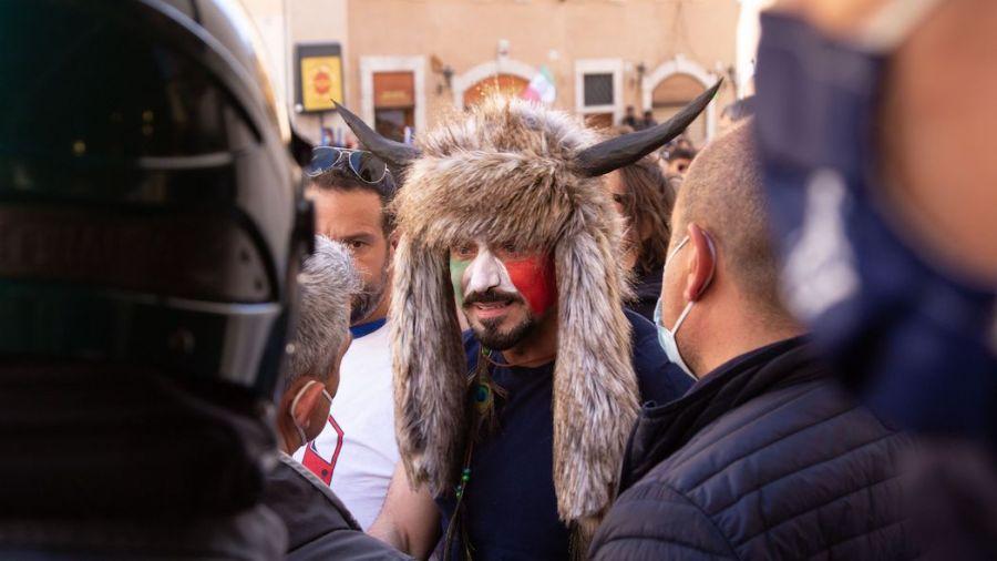 Un dimostrante alla manifestazione di Roma vestito come lo sciamano di Capitol Hill (foto di Matteo Nardone / Pacific Press/Ipa)