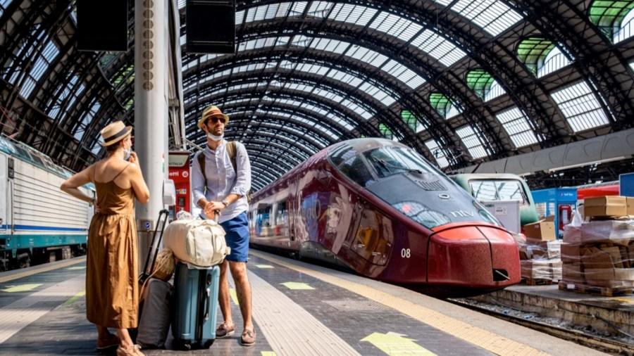 Viaggiatori in attesa di partire dalla Stazione centrale di Milano in treno (Milano - 2020-08-02, Marco Passaro)