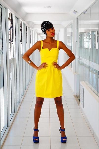 Yellow-vintage-dress-dress-blue-sandals-sandals-black-turban-accessories_400